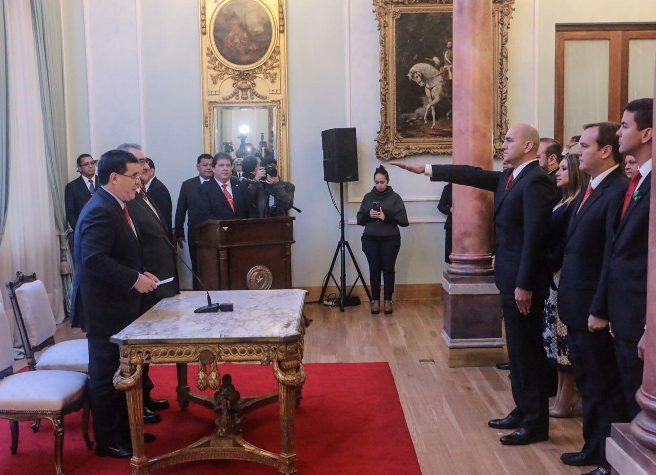 Cartes toma juramento a nuevo ministro del interior for Nuevo ministro del interior